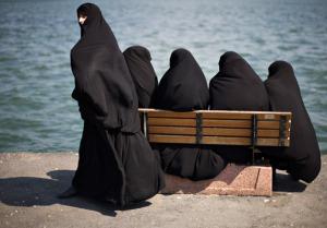 Para wanita Saudi Arabia sedang berjemur matahari