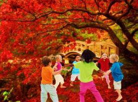 Anak-anak bermain di taman Sorga