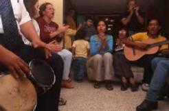 Perkumpulan doa sedang memuji Elohim