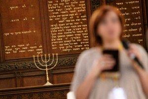 Esther Esfahani bersaksi di Christ Church pada At the Crossroads di Yerusalem