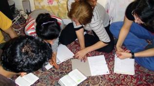 Gereja Rumah di Iran belajar Alkitab bersama