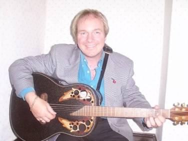 Penyanyi dan penulis lagu pop John Gaughan jadi Pendeta