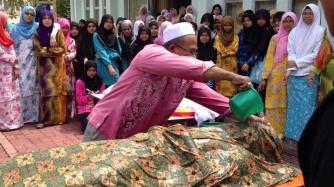 Upacara memandikan jenazah Muslim