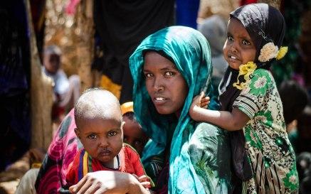 Ibu muda Somali dan dua anaknya.jpg